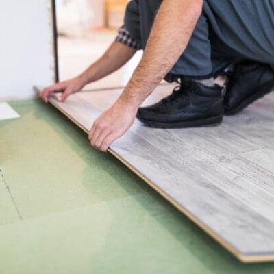 homem colocando piso sobre piso