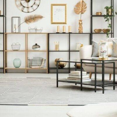 sala de apartamento com mesa quadrada, poltrona e prateleira