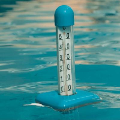 termômetro com base azul dentro de uma piscina