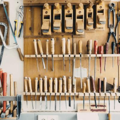 ferramentas de marcenaria penduradas na parede