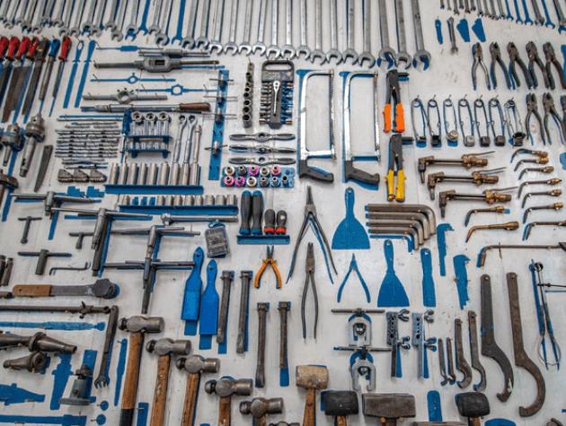 imagem de várias ferramentas espalhadas em uma superfície plana