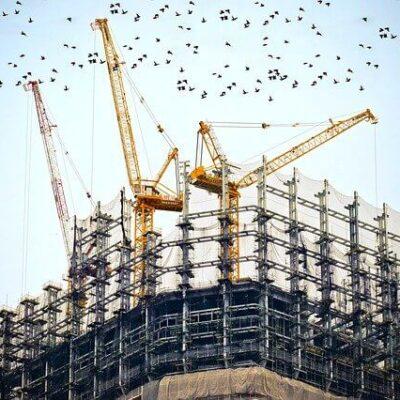 Fachada de um prédio em construção envolto por uma tela de segurança