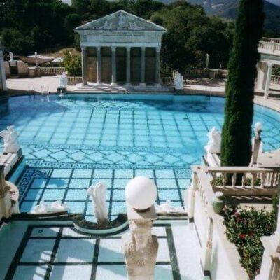 piscina com andares muito bem equipada