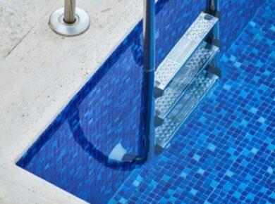 Escada em uma piscina de azulejos azuis