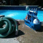 ferramentas para manutenção de piscina à beira da água