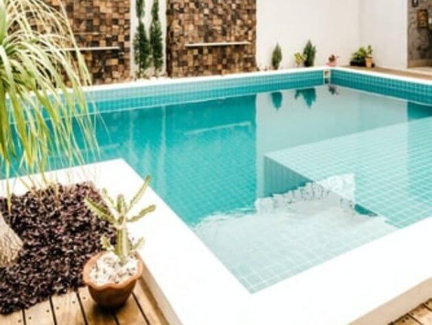 piscina externa em uma casa